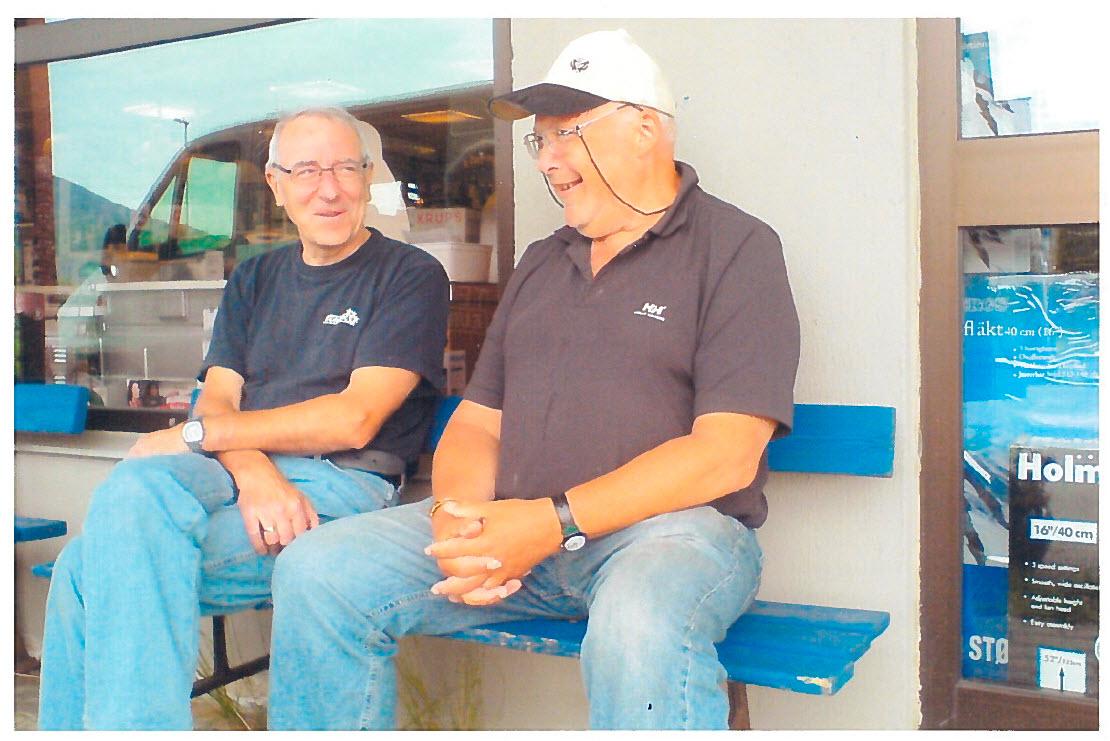 Pappa og Eyolf på lygarbenken utenfor foretningsbygget hvor de begge jobbet i mange år.