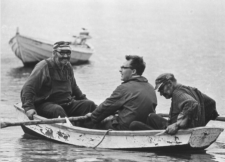 Pappa og Grunnvågkarran, de som bygde utedassen til Jack med stjelt material.