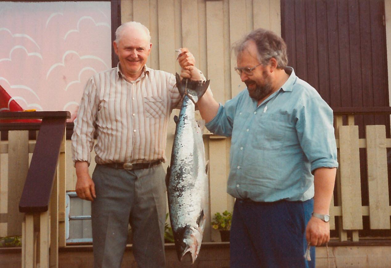 Pappa og Arthur var på havet og fikk denne store laksen.