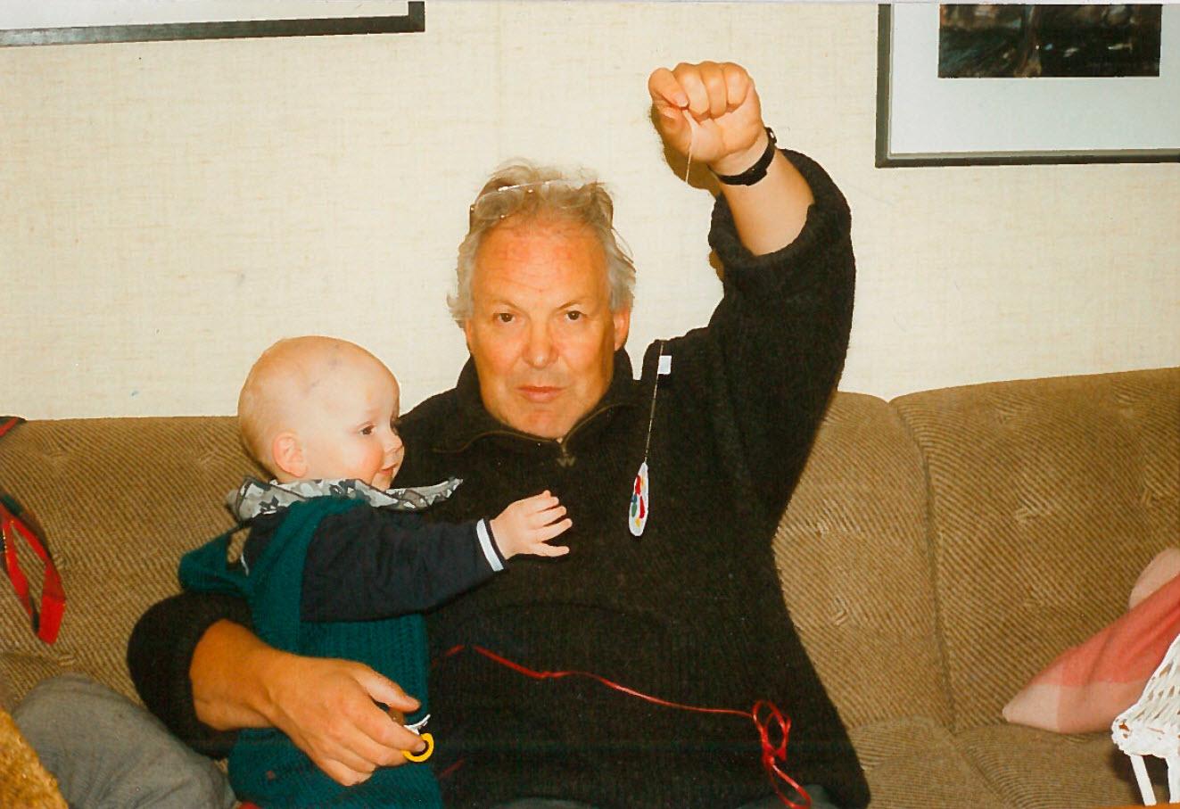 Pappe med sitt første barnebarn Karoline.