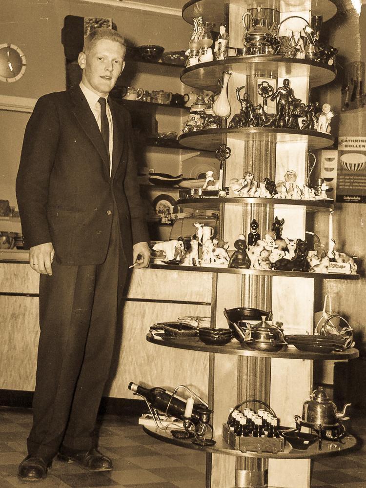 Pappa som ung og et av de første bildene som er tatt av han inne i butikken.