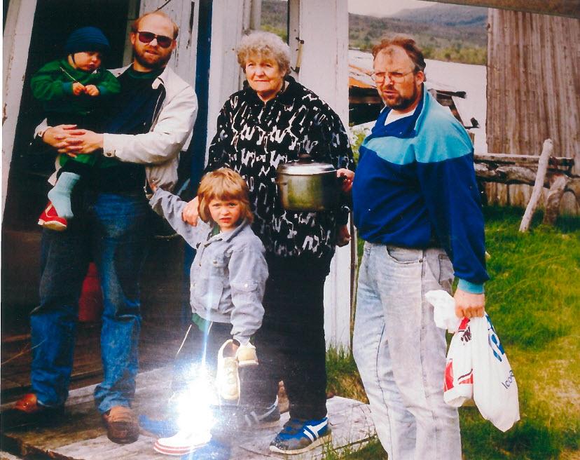 Pappa, farmor, onkel Hans Jørgen og ungene hans i Tverråsen.