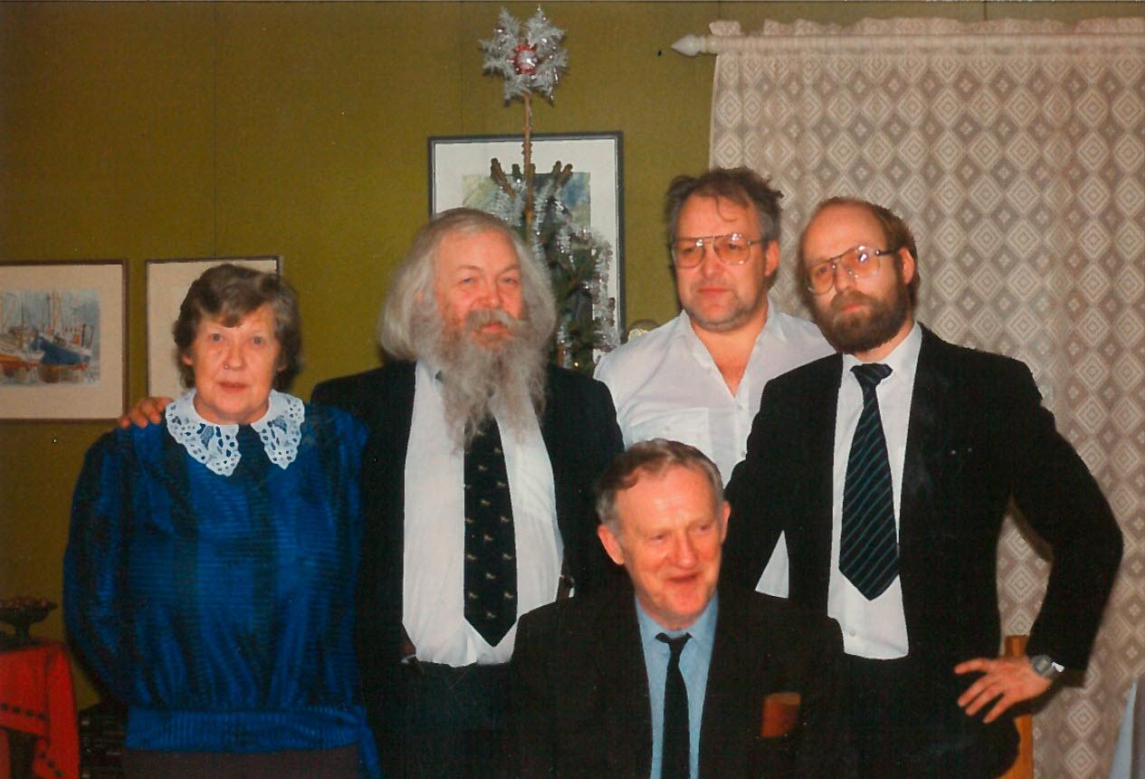 Pappa og hans brødre Jack og Hans Jørgen, samt dere halvsøsken Johannes og Elsa. Bildet er tatt under begravelsen til farmor.